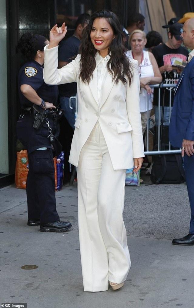 Đi quảng bá phim mới, Olivia Munn thay 4 bộ đồ 1 ngày - 6