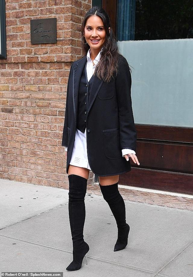 Đi quảng bá phim mới, Olivia Munn thay 4 bộ đồ 1 ngày - 4