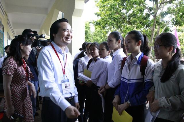 Bộ trưởng Phùng Xuân Nhạ động viên thí sinh trước giờ thi tại Đắk Lắk - 2