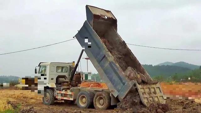 Kinh hoàng phát hiện thi thể người nằm lẫn trong đất trên thùng xe tải - 1