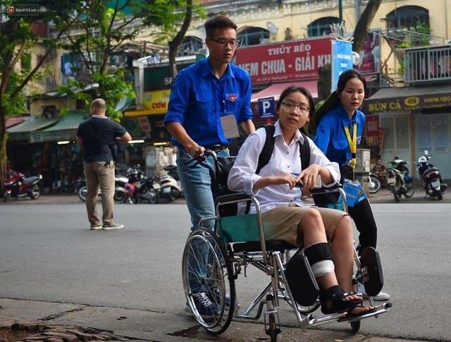 Thanh niên tình nguyện tận tình cõng thí sinh tai nạn vào phòng thi - 4