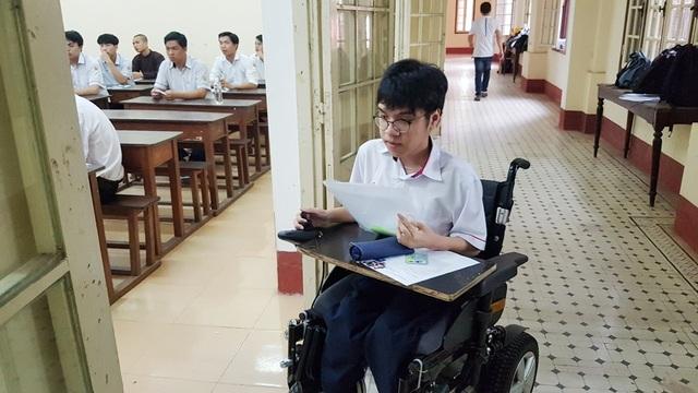 Thí sinh khuyết tật đi thi trên xe lăn điện - 8