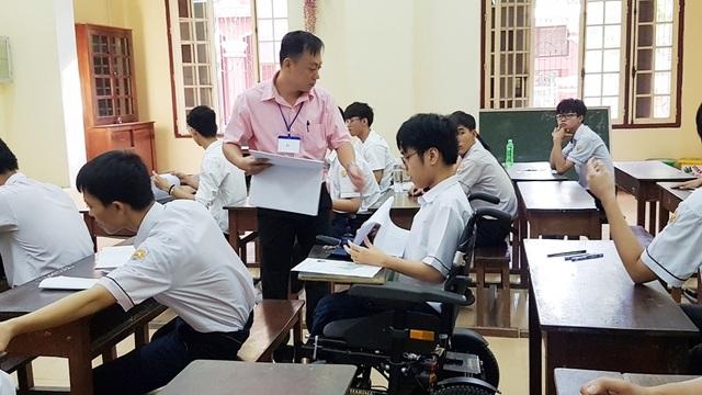 Thí sinh khuyết tật đi thi trên xe lăn điện - 10