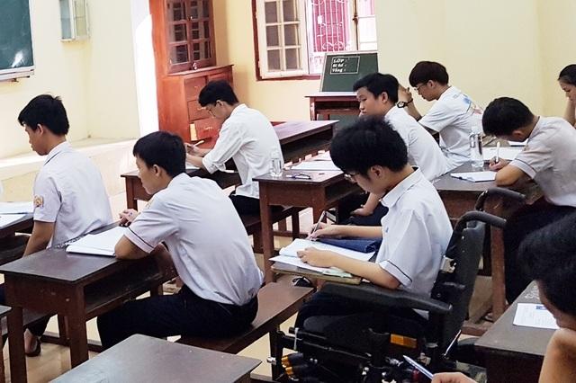 Thí sinh khuyết tật đi thi trên xe lăn điện - 11