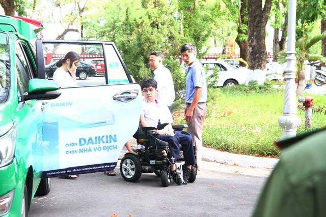 Thí sinh khuyết tật đi thi trên xe lăn điện - 3