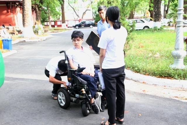 Thí sinh khuyết tật đi thi trên xe lăn điện - 4