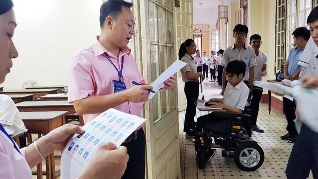 Thí sinh khuyết tật đi thi trên xe lăn điện - 7