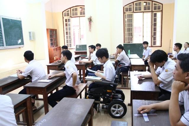 Thí sinh khuyết tật đi thi trên xe lăn điện - 1