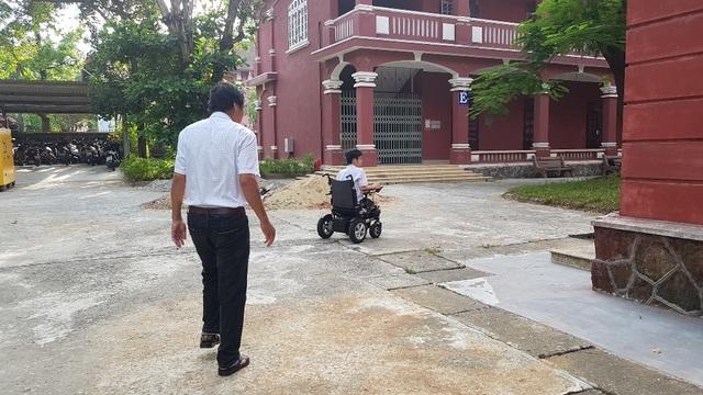 Thí sinh khuyết tật đi thi trên xe lăn điện - 5