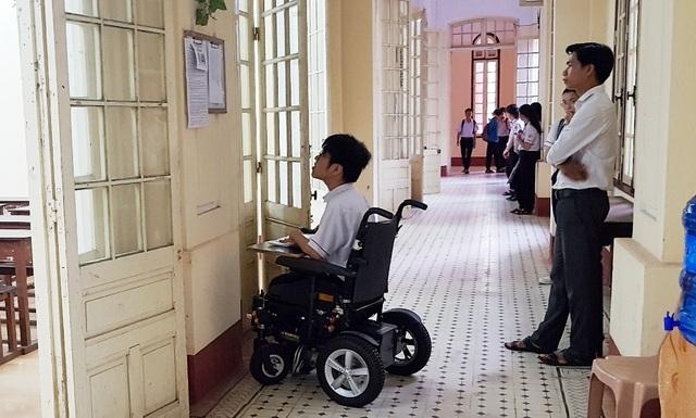Thí sinh khuyết tật đi thi trên xe lăn điện - 6