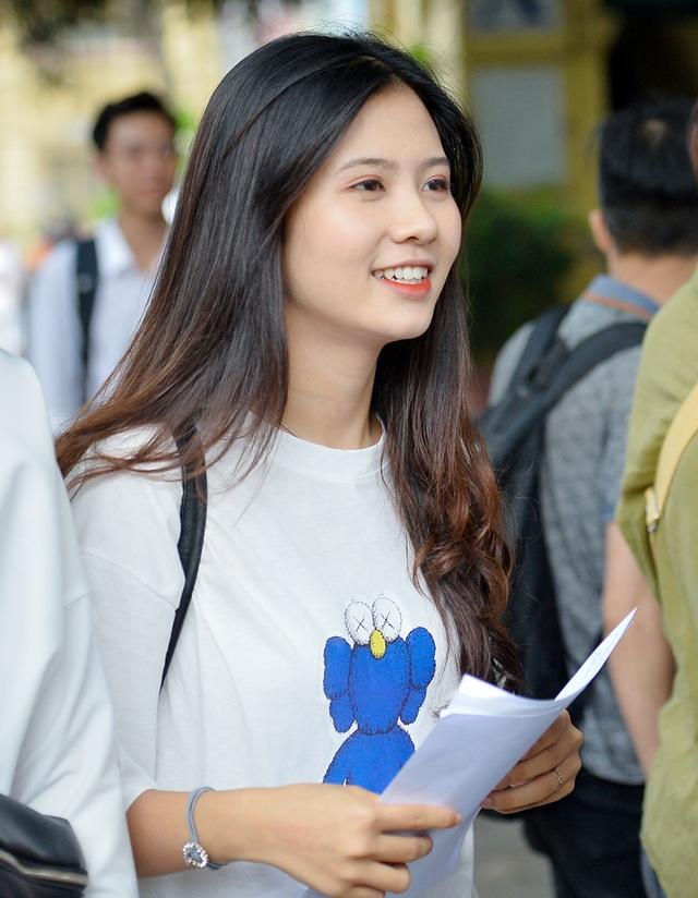 Nữ sinh cười toả nắng sau khi thi môn Văn THPT quốc gia bỗng chốc nổi tiếng - 4