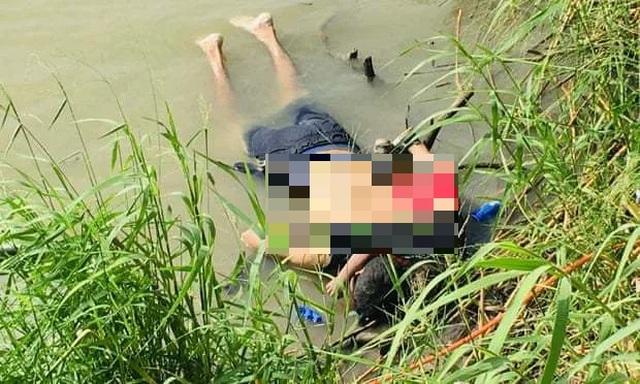 Bức ảnh cha con chết đuối khi vượt biên vào Mỹ gây sốc - 1