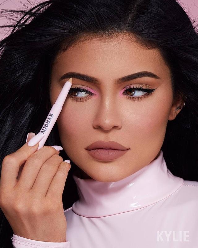 Kylie Jenner khác lạ khi không trang điểm - 7