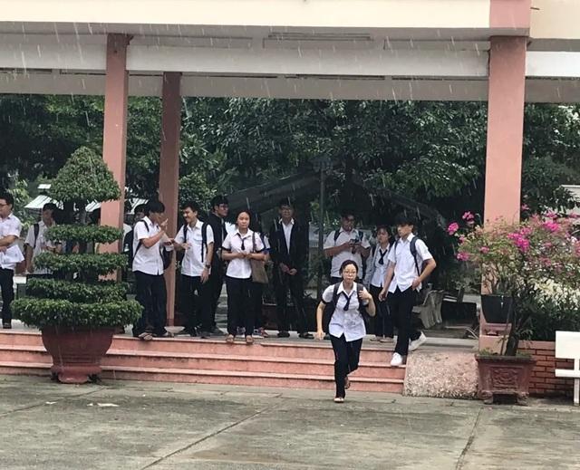 Vừa rời phòng thi, thí sinh TPHCM vội vã chạy mưa - 2