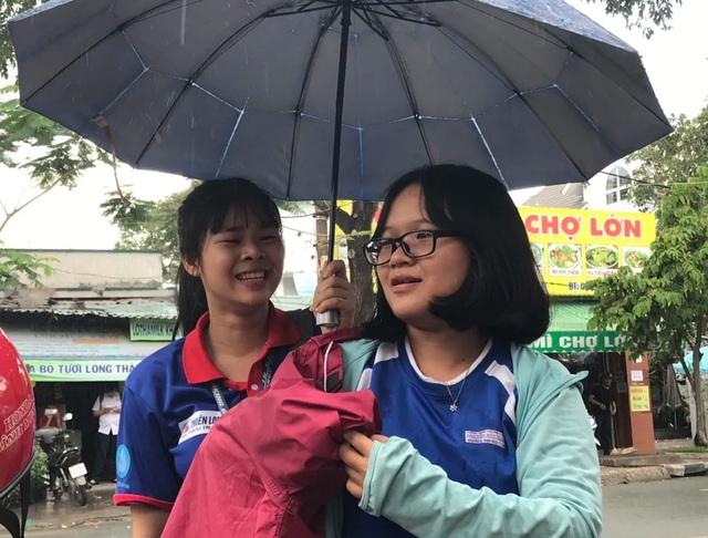 Vừa rời phòng thi, thí sinh TPHCM vội vã chạy mưa - 4