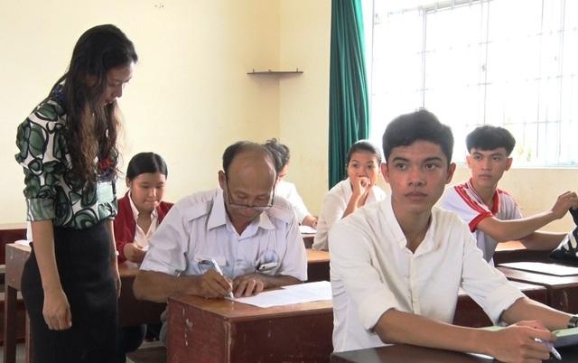 Ông ngoại 60 tuổi vẫn quyết tâm đi thi THPT quốc gia - 3