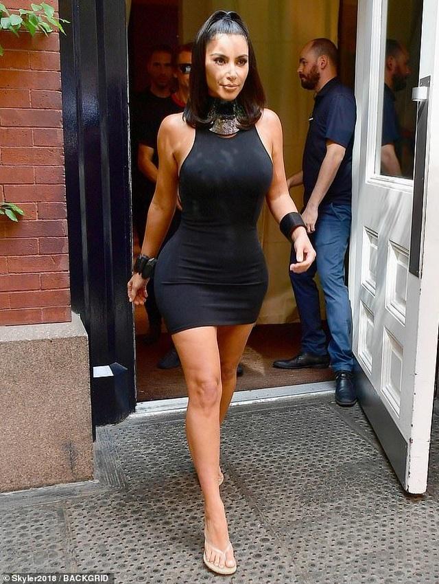 Kim Kardashian mặc váy ôm sát khoe dáng đồng hồ cát - 1