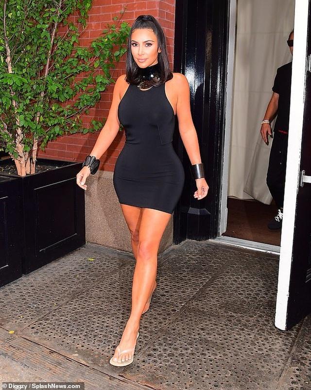 Kim Kardashian mặc váy ôm sát khoe dáng đồng hồ cát - 3