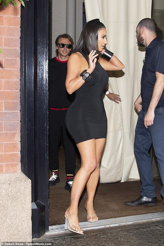 Kim Kardashian mặc váy ôm sát khoe dáng đồng hồ cát - 4