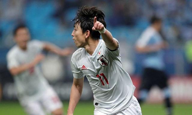 Nhật Bản suýt gây địa chấn trước Uruguay - 1