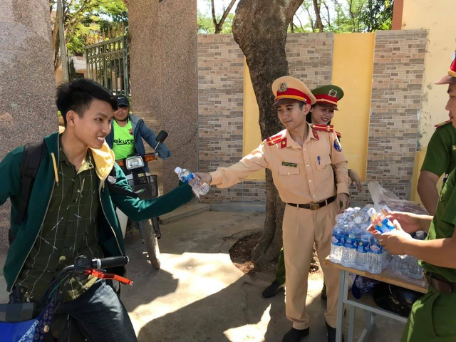 Hơn 1.000 tình nguyện viên tiếp sức mùa thi 2019 khắp nẻo xứ Nghệ - 11