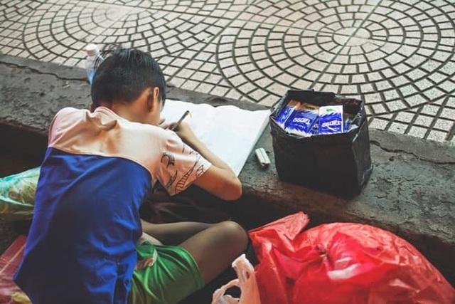 """Bức ảnh """"mẹ cầm tay dạy con tập viết ngay trên vỉa hè"""" khiến dân mạng cảm động - 2"""