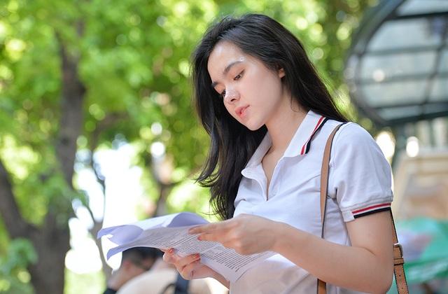 Hot girl trường Trần Phú suýt ngất vì nắng nóng mùa thi - 1