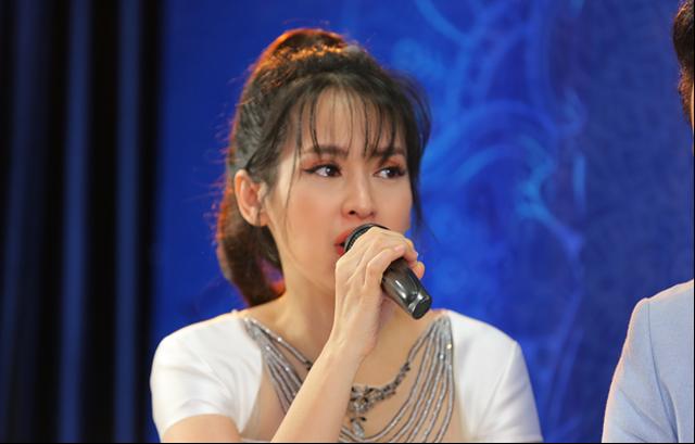 Diễn viên Tú Vi bật khóc khi nghe câu chuyện của các thí sinh khiếm khuyết - 4