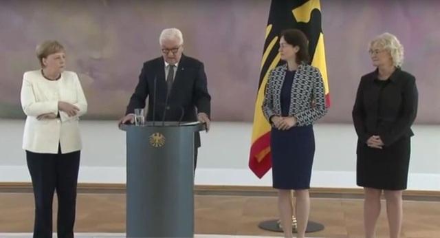 Thủ tướng Đức Merkel run bần bật lần thứ 2 chỉ trong hơn một tuần - 1