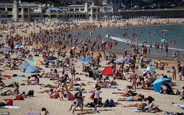 3 du khách tử vong vì sốc nhiệt khi tắm biển ngày nóng cực điểm - 2