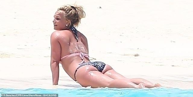 Britney Spears khoe dáng chắc khỏe trên biển - 3
