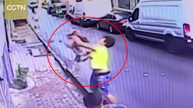 """Chàng trai trẻ nhận """"mưa"""" lời khen vì đón trúng bé gái rơi từ tầng 2 - 1"""