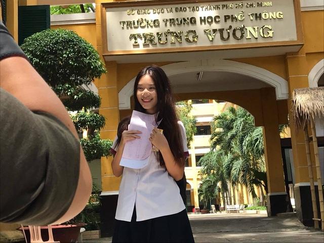 Nữ sinh thi THPT quốc gia hút mọi ánh nhìn với vẻ tươi tắn, trẻ trung - 2