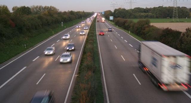 Nắng nóng, đường Autobahn bắt đầu có giới hạn tốc độ - 1