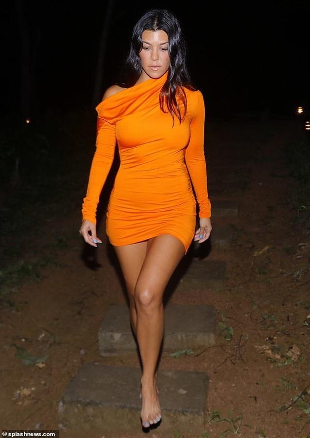 Kim Kardashian diện đồ sắc màu khoe đường cong - 8