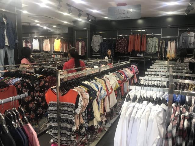 Bán quần áo ế ẩm, dân buôn giảm nhập một nửa hàng Trung Quốc - 1