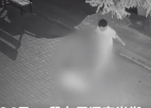 Cãi nhau với bạn gái, người đàn ông TQ nổi điên tấn công tình dục cô gái lạ giữa đường - 1