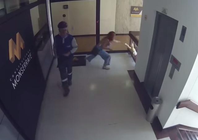 Ngỡ ngàng clip mẹ phản xạ nhanh như siêu nhân cứu con trai khỏi bị ngã từ tầng 4 - 1
