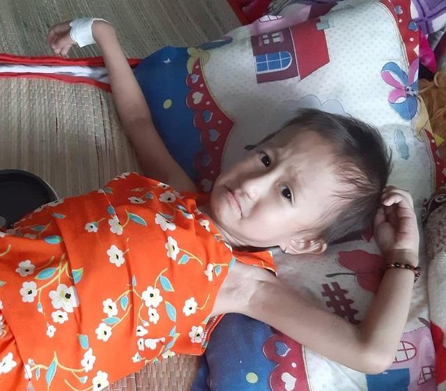 Xót thương bé 5 tuổi quằn quại chống chọi với những cơn đau do bệnh ung thư - 3