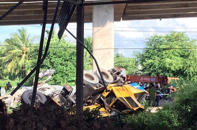 Vụ 2 ô tô rơi khỏi cầu: Do xe cẩu mất phanh, tuột dốc? - 2