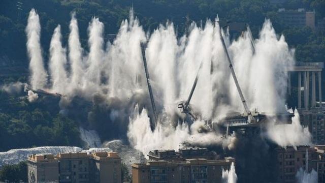 Video cầu cao tốc Italy nổ tung thành tro bụi trong chớp mắt - 1