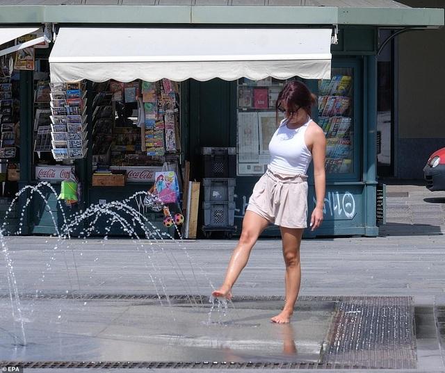 """Châu Âu hứng nắng nóng vượt 40 độ C, mặt đường """"như nổ bong bóng"""" - 7"""