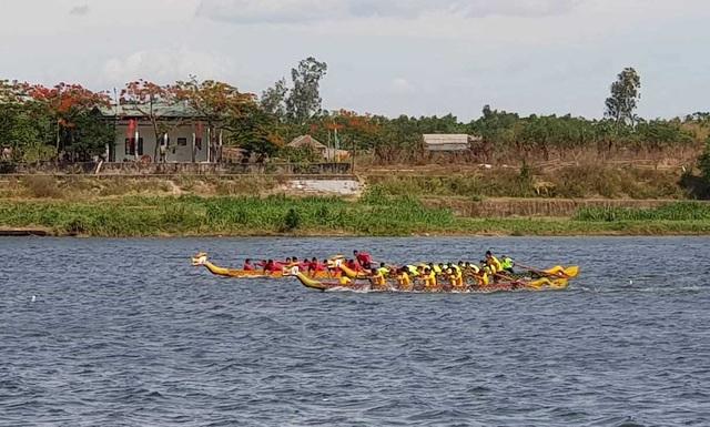 """Hơn 200 vận động viên thi tài đua thuyền trên """"dòng sông thiêng"""" Thạch Hãn - 1"""