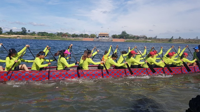 """Hơn 200 vận động viên thi tài đua thuyền trên """"dòng sông thiêng"""" Thạch Hãn - 2"""