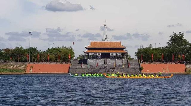 """Hơn 200 vận động viên thi tài đua thuyền trên """"dòng sông thiêng"""" Thạch Hãn - 3"""
