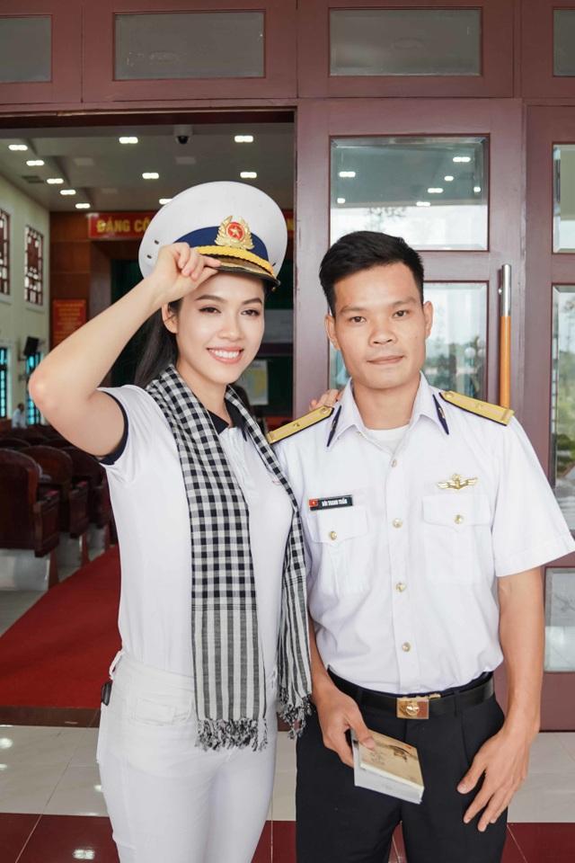 Thiếu uý 9x và dàn người đẹp tặng sách tới chiến sĩ trẻ vùng biển Tây Nam - 5
