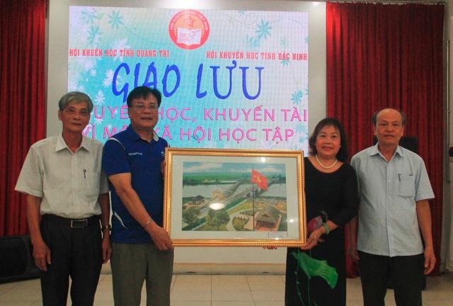 Hội Khuyến học 2 tỉnh Quảng Trị và Bắc Ninh trao đổi công tác khuyến học, khuyến tài - 1
