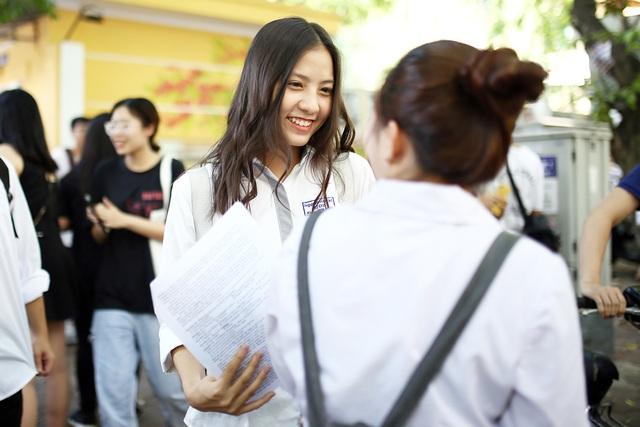 Nữ sinh hút ánh nhìn vì nụ cười tỏa nắng tại kỳ thi THPT Quốc gia - 2