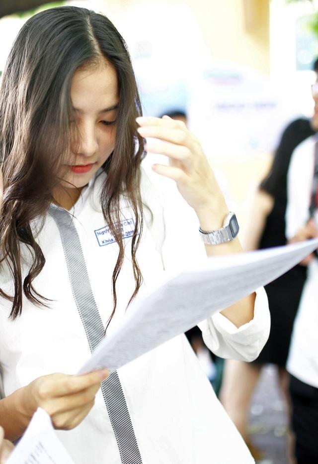 Nữ sinh hút ánh nhìn vì nụ cười tỏa nắng tại kỳ thi THPT Quốc gia - 3