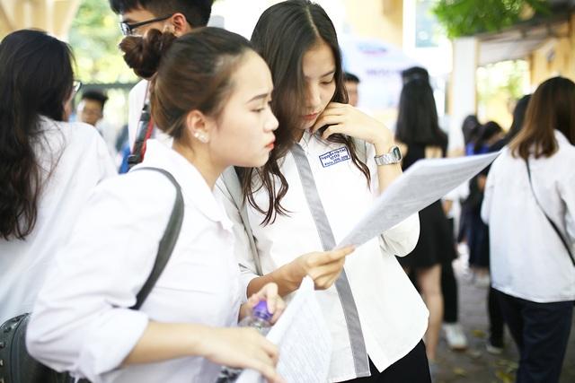 Nữ sinh hút ánh nhìn vì nụ cười tỏa nắng tại kỳ thi THPT Quốc gia - 4